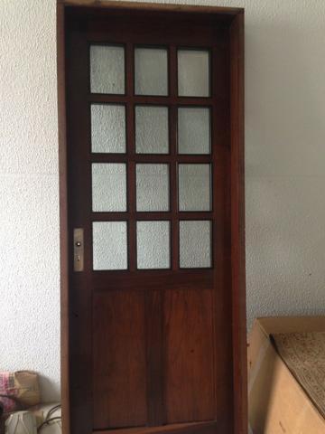 Porta interna de madeira e vidros