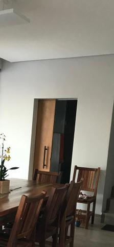 Porta de madeira com puxador e com fechadura