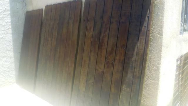 Portao de garagem com social em madeira