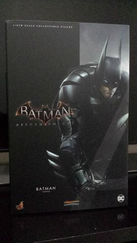Batman Arkham Knight 1/6th Hot Toys + Expositor Acrílico