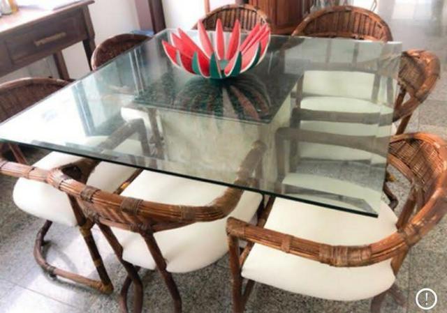 Mesa de jantar com base de mármore e tampo de vidro
