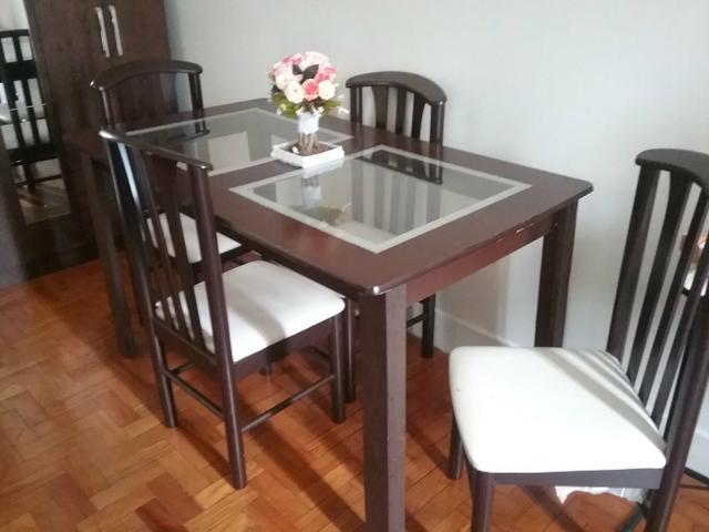 Mesa com 4 cadeiras em bom estado