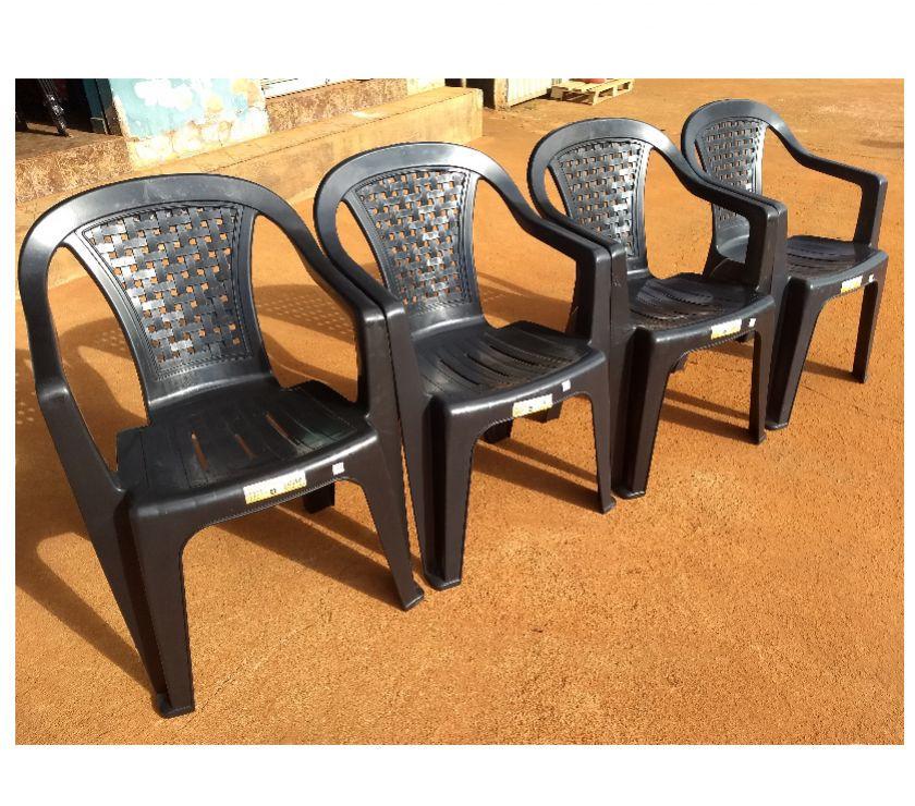 Jogo de mesa e cadeiras plástica tipo poltrona cor preta.