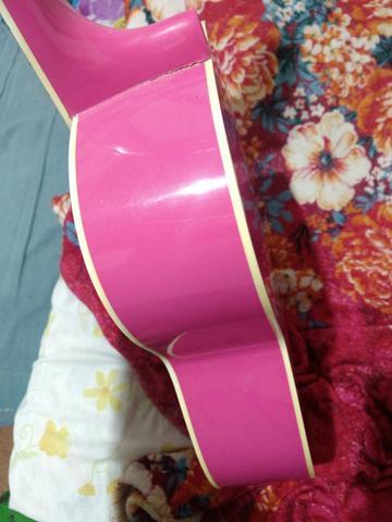 Violão Giannini cor de rosa, em bom estado de conservação