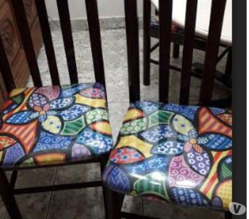Conjunto de 4 cadeiras de madeira com forro no assento