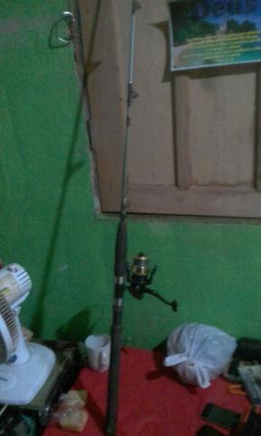 Vende-se essa vara de pesca com molinete