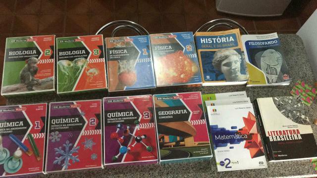 Vendo boxes de livros da moderna plus do ensino médio. liga