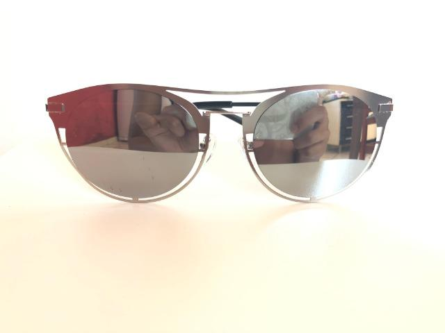 Óculos de sol, lentes espelhadas cinza, armação de metal