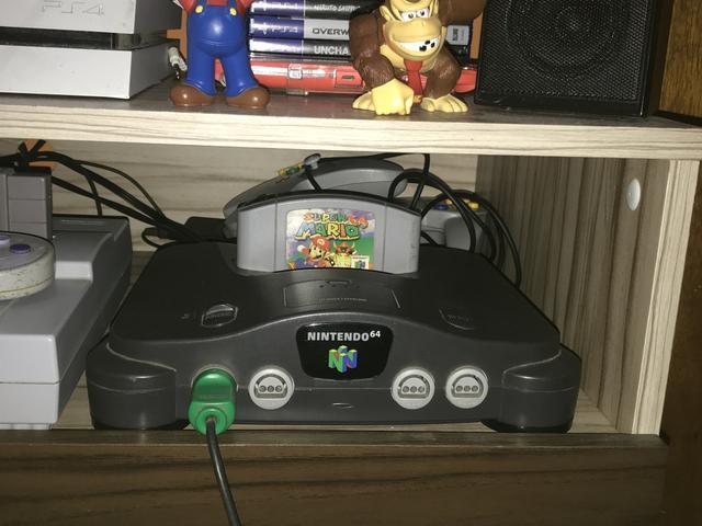 Nintendo 64 com 2 controles e a fita do Super Mário 64