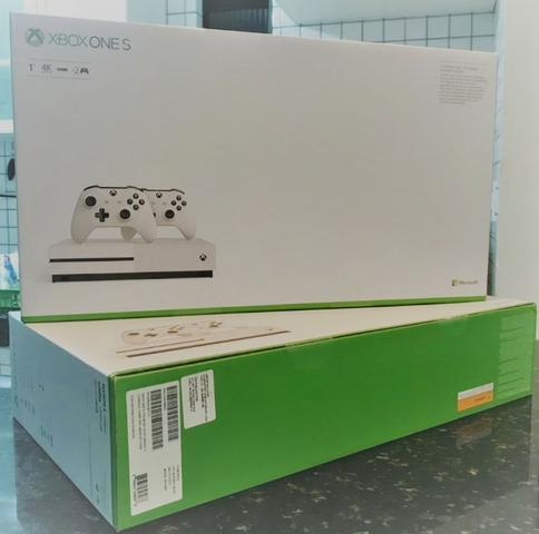 Xbox One S (1TB) c/ 2 controles e 2 anos de garantia (novo,