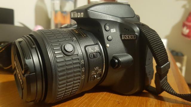 Câmera fotográfica Nikon D com duas lentes