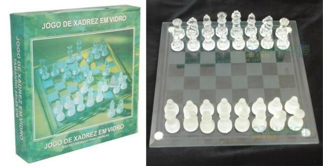 Jogo de xadrez com tabuleiro e peças de vidro