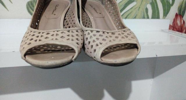 Sapatos de saltos médios lindos