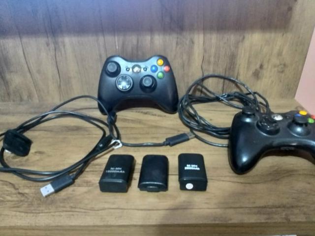 Controles para xbox 360 um a bateria e outro a cabo