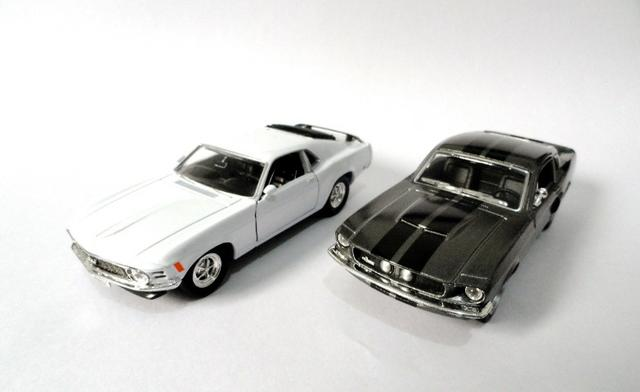 Kit 2 Miniaturas Ford Mustang E Shelby Gt