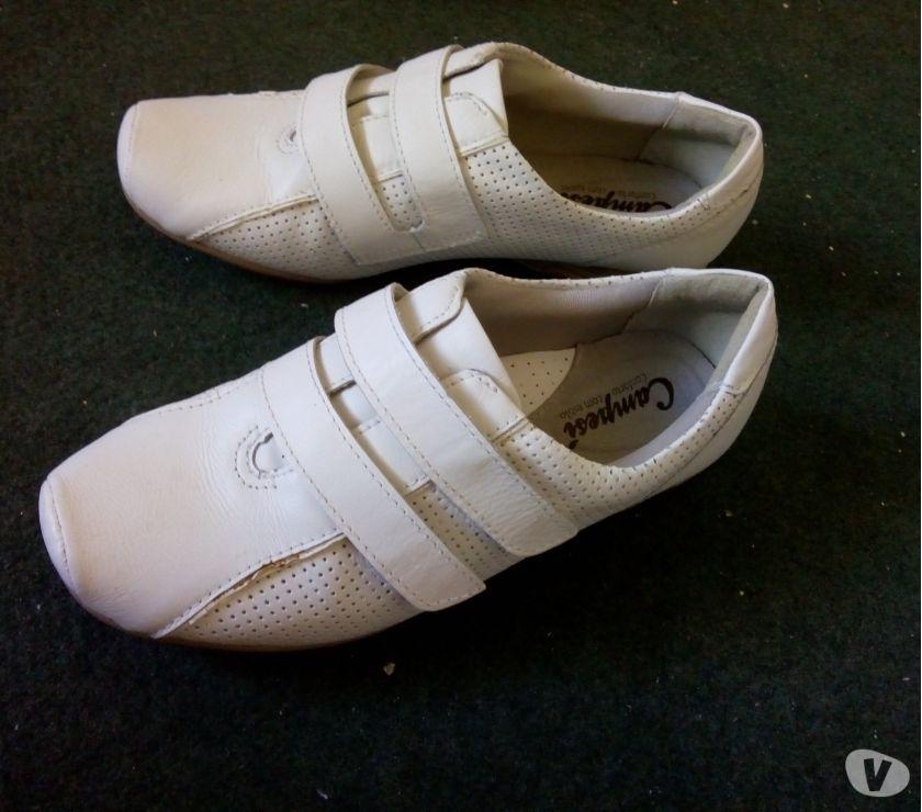 Vendo um tênis branco sem cadarço