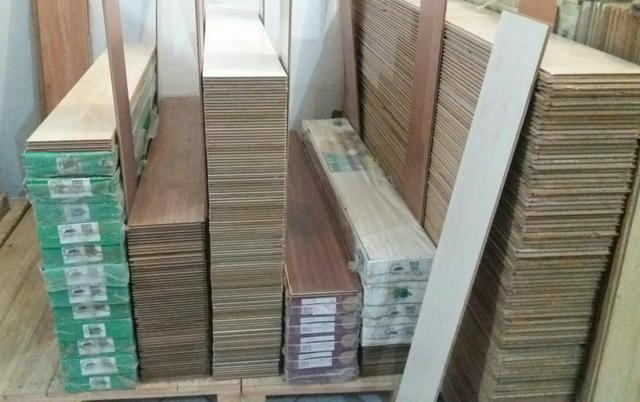 Piso laminado de madeira e mdf usadoa em cenários