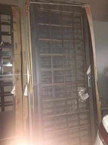 Estoque fechado de ferramentas elétricas e portas /janelas