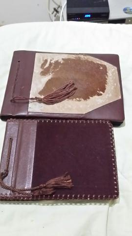 Álbum de fotos antigos em couro ou camurça e fotos antigas