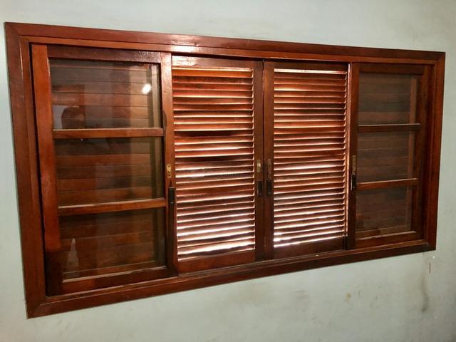 Janela veneziana de madeira maciça