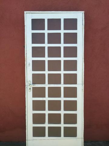 Porta de Ferro com Vidro e Porta de Madeira