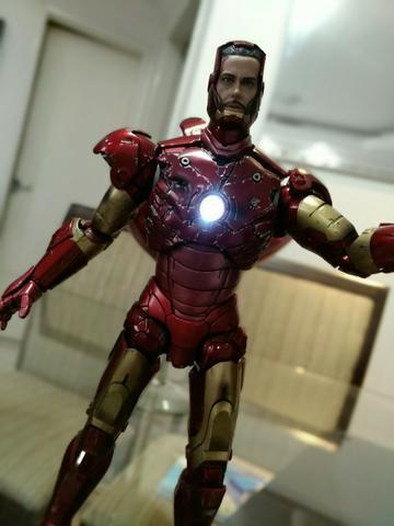 Hot Toys - Homem de Ferro Mark 3 Battle Damaged Edition