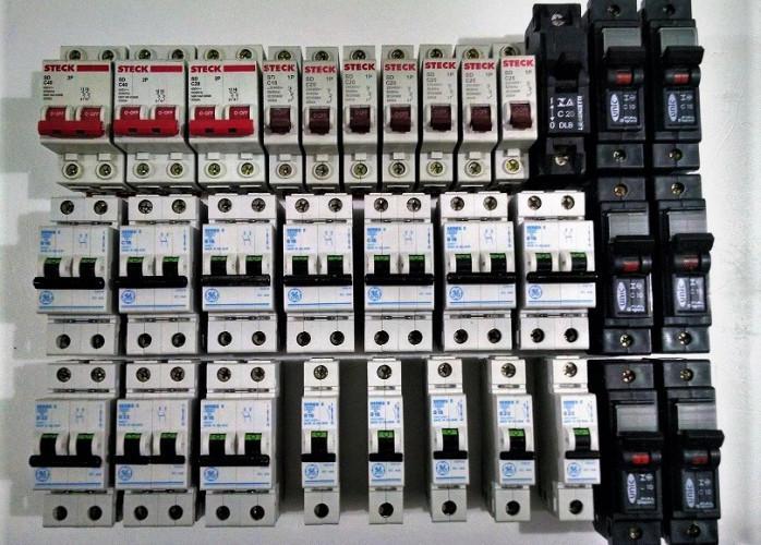 Disjuntores Lote com 32 unidades curva B e C novos