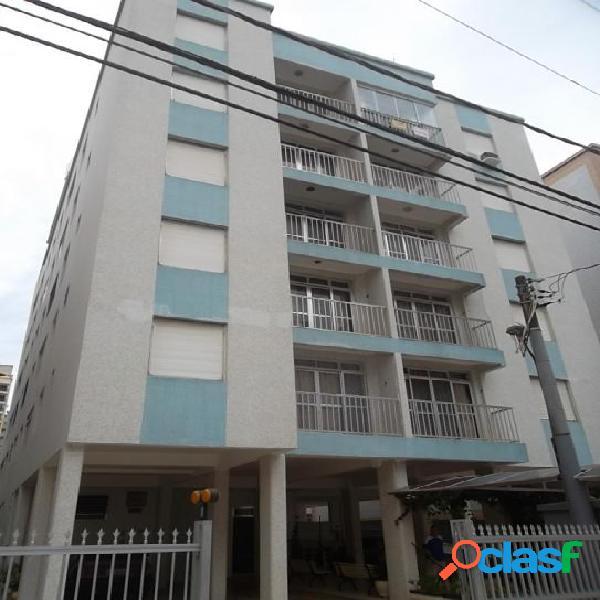 Amplo apartamento 1 dormitório na primeira quadra da praia