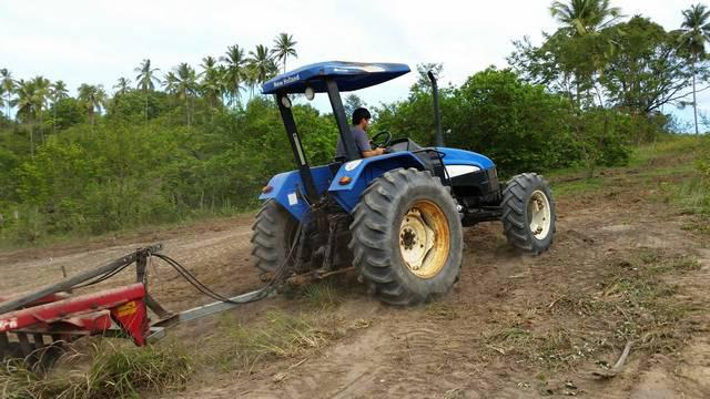 Trator New Holland c/implementos