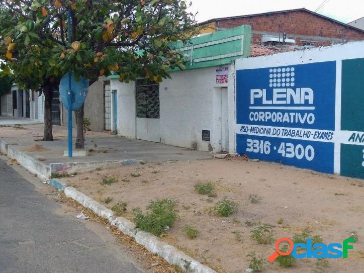 Vende-se Casa com Amplo terreno na Rua Pedro Velho bom para