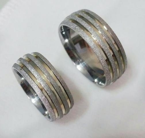 Aliança de namoro aço 8mm diamantada com 3 filetes de ouro