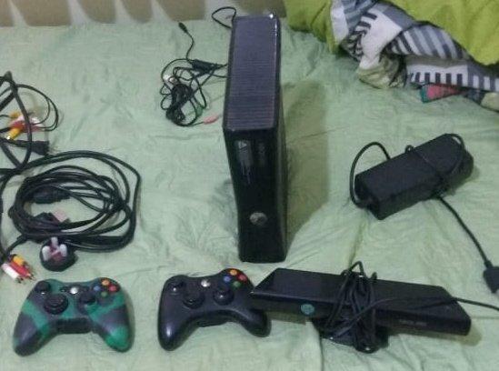 Xbox 360 com controle e jogos