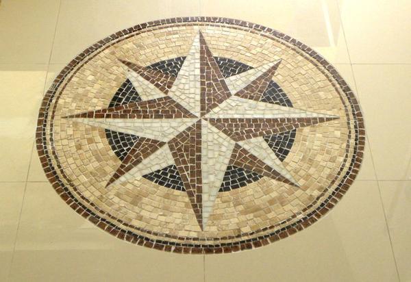 Rosa dos ventos em mosaico para piso