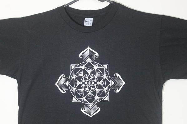 camiseta Rosa dos Ventos Mandala - preta