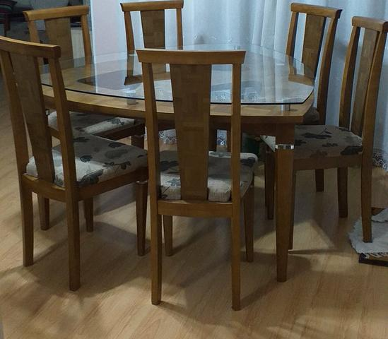 Conjunto de Mesa e Seis Cadeiras