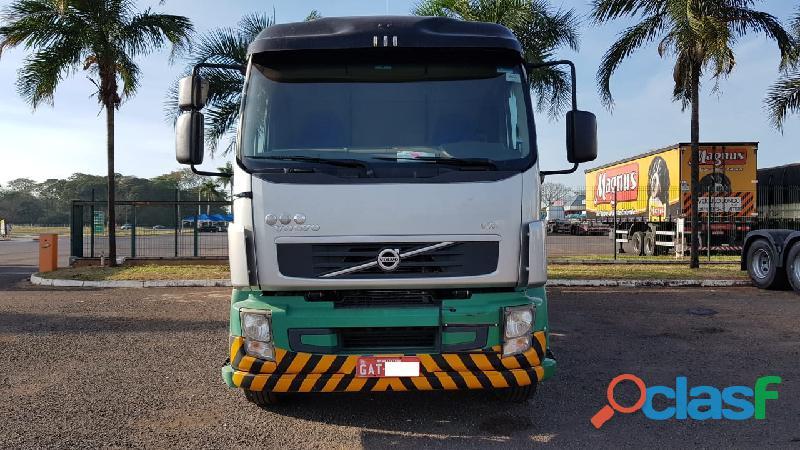 Volvo VM 270 2013 Branco 8x2 Tanque 25 mil litros 5 bocas