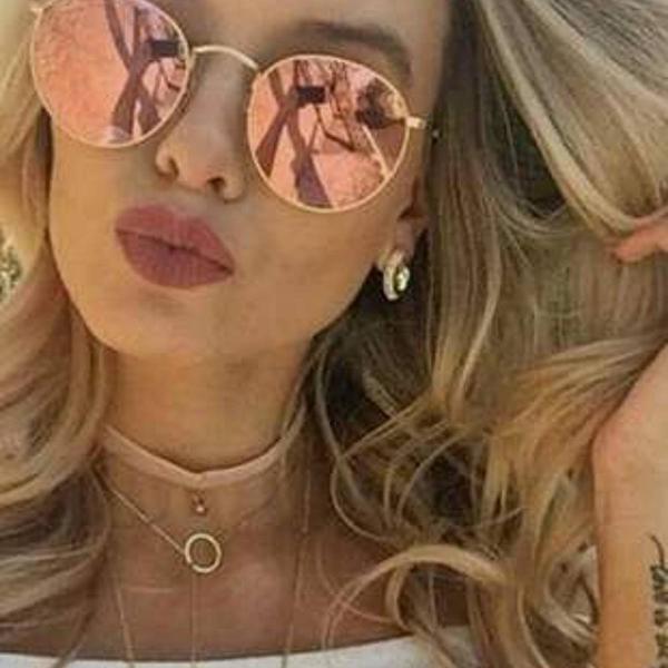 culos de sol rosa com armação dourada