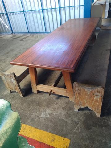 Mesa em madeira de lei