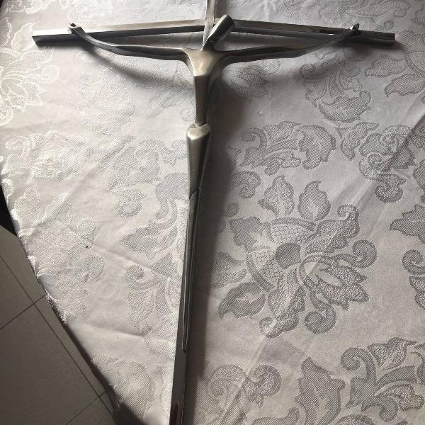 lindo crucifixo em aço inox e alumínio fundido.