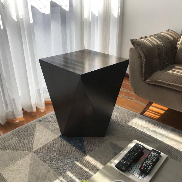 mesa lateral geométrica em madeira