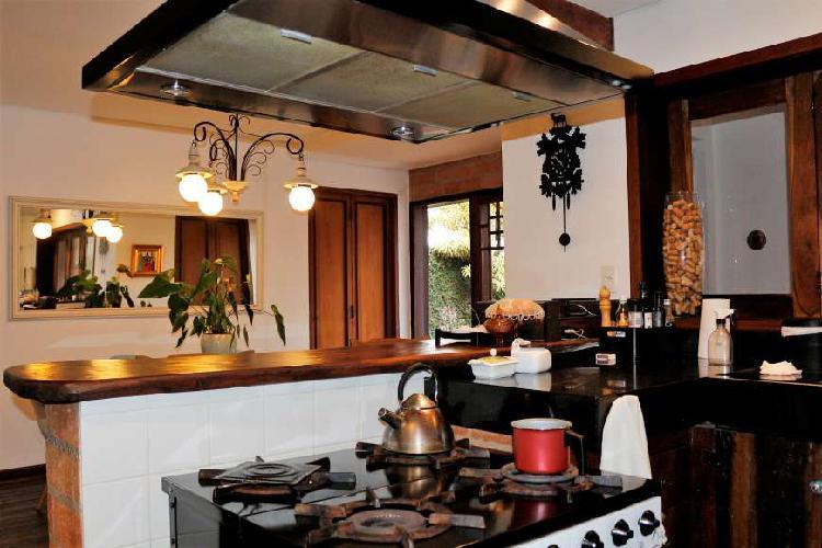 Casa com 3 Quartos para Alugar, 220 m² por R$ 3.500/Mês
