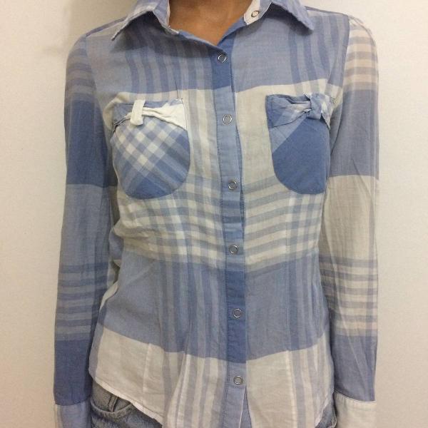 camisa xadrez azul e branco