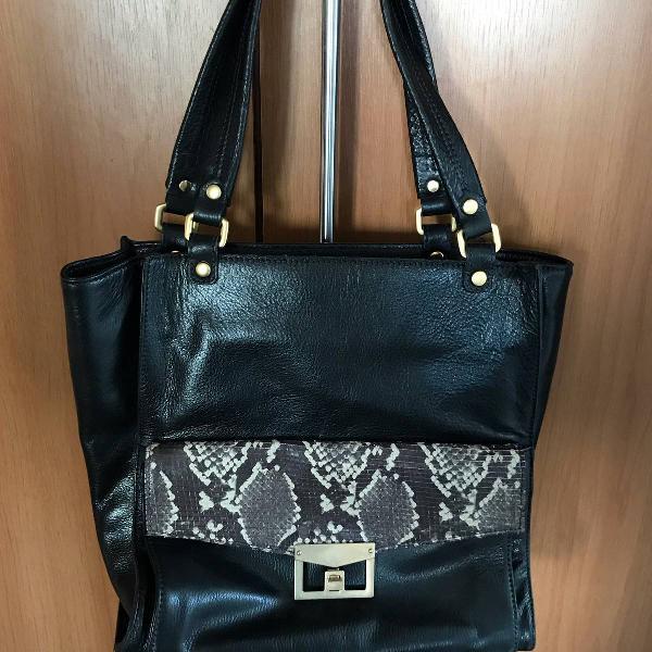 bolsa de couro com detalhes em cobra