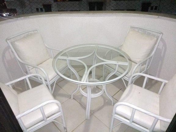 Conjunto mesa de alumínio com tampo de vidro