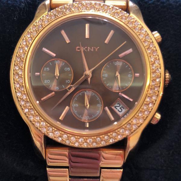 relógio dkny marrom e dourado