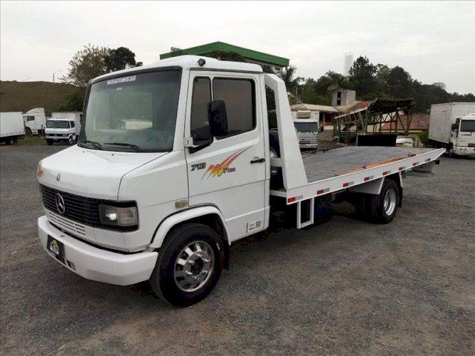 Caminhão MB 710 ano 2005 guincho turbo direção