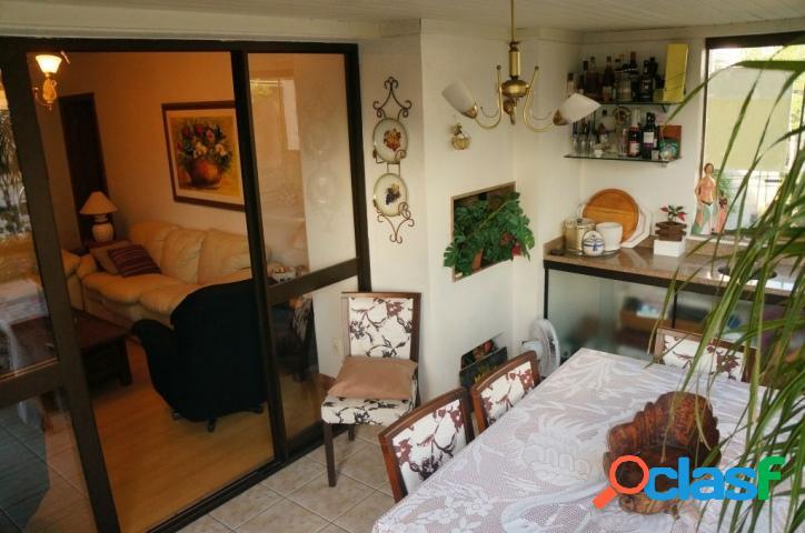 Apartamento 2 dormitórios, 1 suíte, 1 vaga. Petrópolis