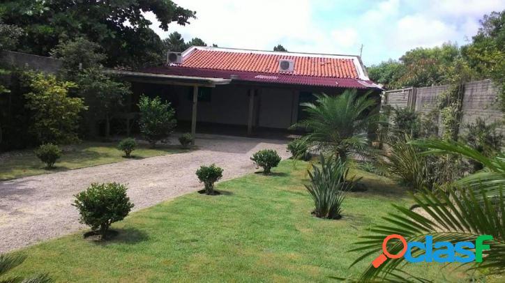 Casa com excelente terreno ajardinado - Rio Vermelho