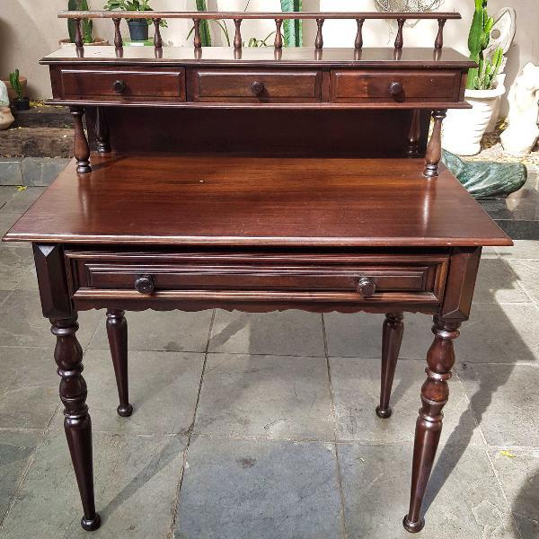 escrivaninha em madeira maciça, provavelmente imbuia