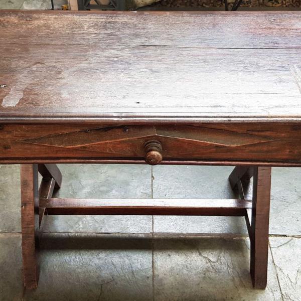 mesa de apoio em madeira maciça, pés em forma de cavalete,
